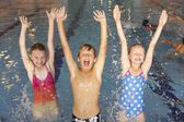 дети в бассейне — Стоковое фото