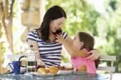 Mutter und tochter beim frühstück — Stockfoto