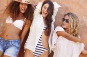 Kvinnliga vänner på semester — Stockfoto