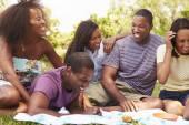 Jonge vrienden met picknick — Stockfoto