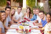 Jonge vrienden genieten van de maaltijd — Stockfoto