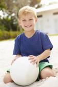 Młody chłopak gra siatkówka — Zdjęcie stockowe