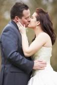 Romantische bruid en bruidegom — Stockfoto