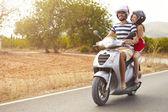 Пара езда мотороллеров — Стоковое фото