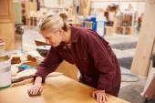 Female Apprentice Finishing Wood — Stock Photo