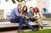 Friends Relaxing By Tower Bridge — Stock Photo