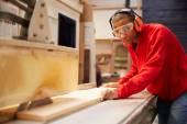 Apprentice Using Circular Saw — Stock Photo