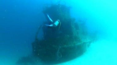 Potápěče prozkoumat potopené lodi — Stock video