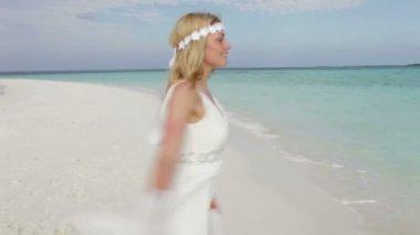 Nevěsta procházky podél pobřeží — Stock video