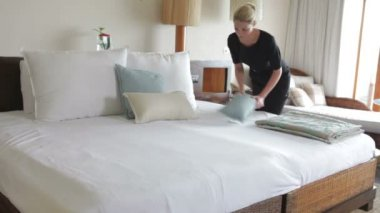 Hotel Chambermaid Making Guest Bed — Stock Video