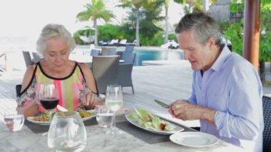 Starší pár, kteří požívají jídlo — Stock video