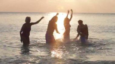 Rodina baví v moři — Stock video