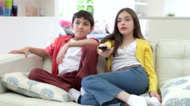Two Hispanic Children Sitting On Sofa — Stock Video