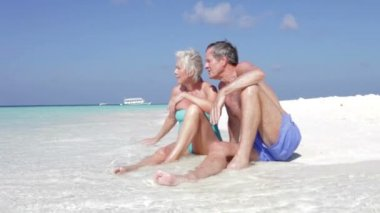 Senior couple sitting at waters — Stock Video