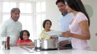 индийская семья приготовления еды — Стоковое видео