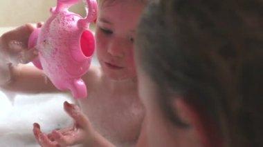 Dvě dívky sdílení perličková koupel — Stock video