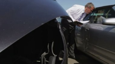 Loss Adjuster Inspecting Car — Stok video