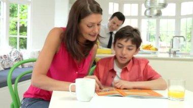 Родители помогать детям в выполнении домашних заданий — Стоковое видео