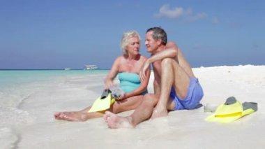 Senior couple sitting at waters — Stockvideo
