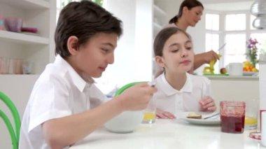 朝食を持っている家族 — ストックビデオ