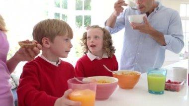 Rodzinne śniadanie — Wideo stockowe