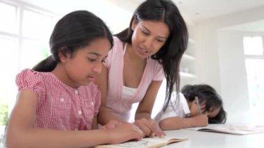 Aider les enfants à faire leurs devoirs de mère — Vidéo