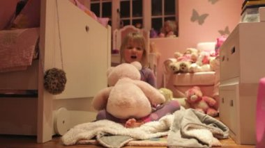 Liitle girl playing in her room — Stock Video