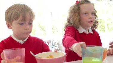 Otce a dětí, které mají snídaně — Stock video