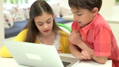 Two Hispanic Children Using Laptop — Stock Video