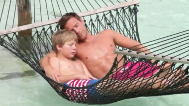 Father And Son In Beach Hammock — Vidéo