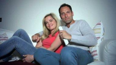 Pareja joven en sofá — Vídeo de Stock