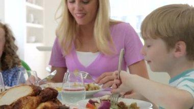 Rodina jídlo — Stock video