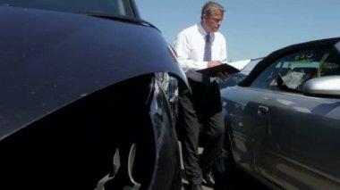 Loss Adjuster Inspecting Car — Vídeo stock