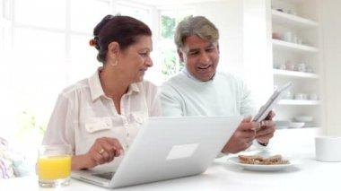 Senior Indian Couple Using Laptop — Vídeo de stock