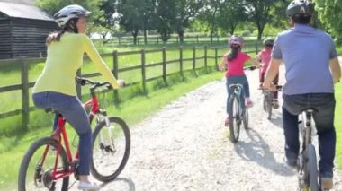 Hispanic Family On Cycle Ride — Stock Video