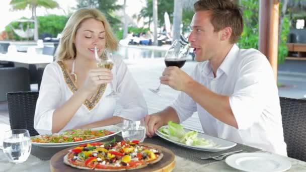 Comida disfrutando pareja — Vídeo de stock