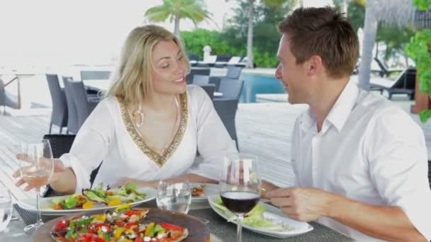 Joven pareja disfrutando de la comida — Vídeo de stock