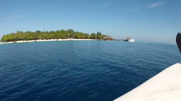 Boat approaches wooden jetty — Vidéo