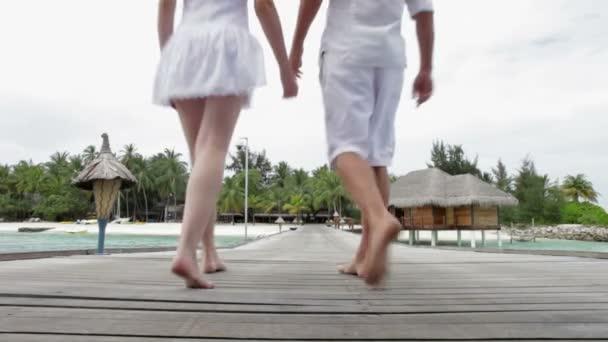 Couple marchant sur la jetée en bois — Vidéo