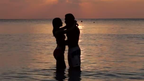 Silhouette de couple romantique — Vidéo