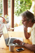 Volwassen man met laptop — Stockfoto