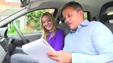 審査官と運転免許試験を渡すこと 10 代の少女 — ストックビデオ