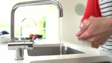 Vrouw wassen van de handen in aanrecht — Stockvideo