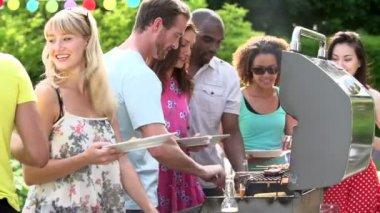Amici con barbecue a casa — Video Stock