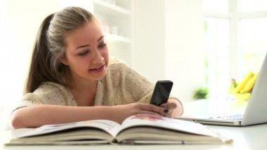 Adolescente de envio de mensagem de texto — Vídeo stock