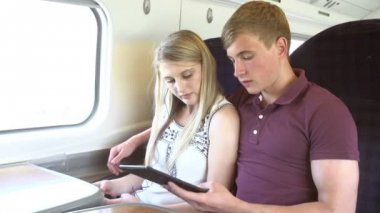 Teenage couple looking at e-reader — Stock Video