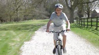 Chlapec na kole podél polní cesty — Stock video