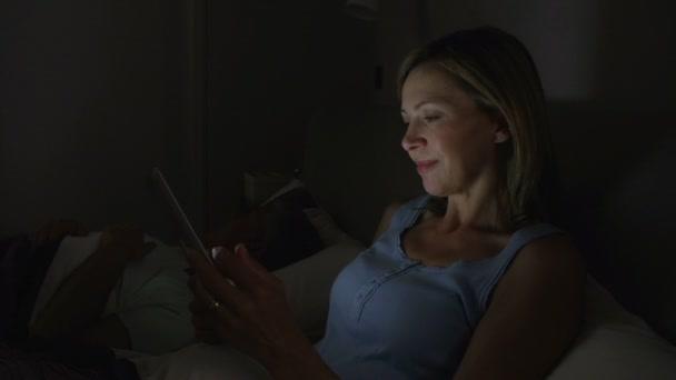 Mujer usando tableta digital — Vídeo de stock