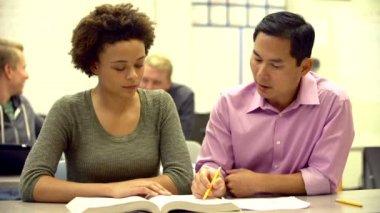 Öğretmen ile kız öğrenci — Stok video