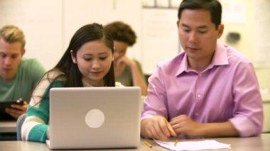 Kobiet student korzysta z laptopa — Wideo stockowe